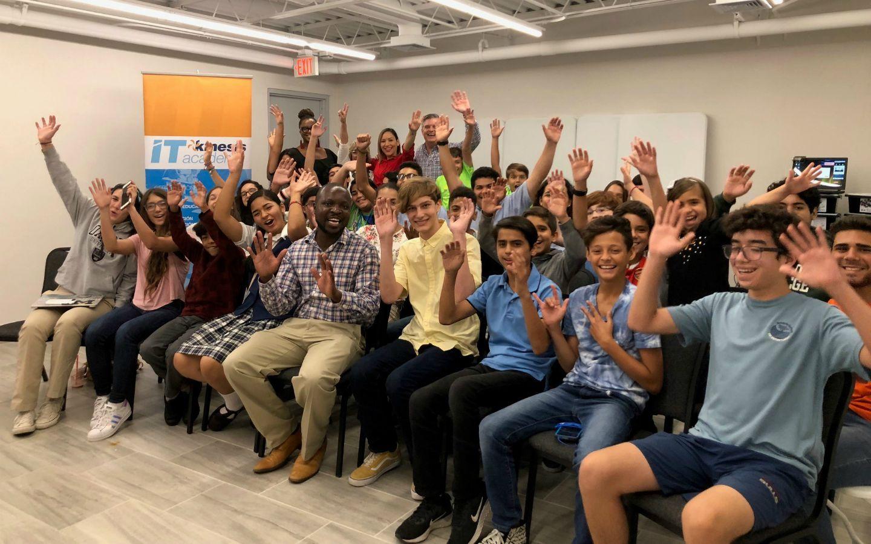 Destacado ingeniero internacional impacta con su historia a estudiantes de la Fundación Kinesis